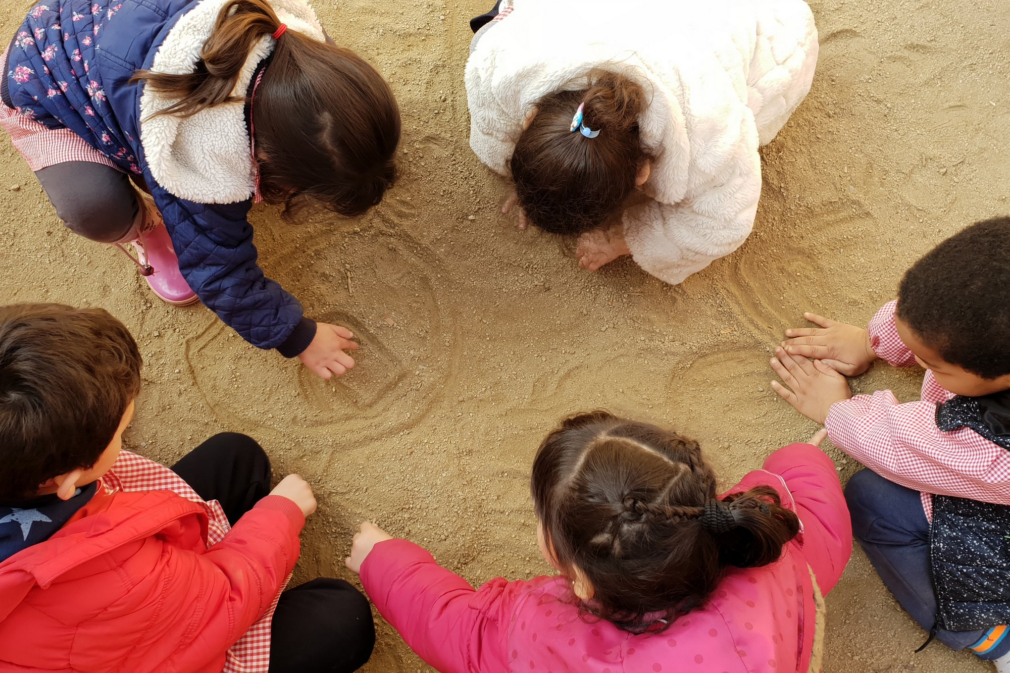 Amistat i educació al pati escolar Cavall de Cartró