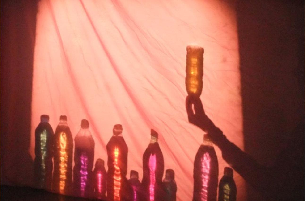 Experiments amb llum a llars infants municipals Cavall de Cartró