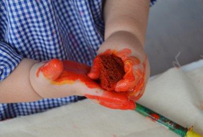 Manipular argila a escola bressol Cavall de Cartró