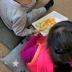 Esmorzem amb fruites a l'escola bressol Petita Estelada de Cànoves i Samalús