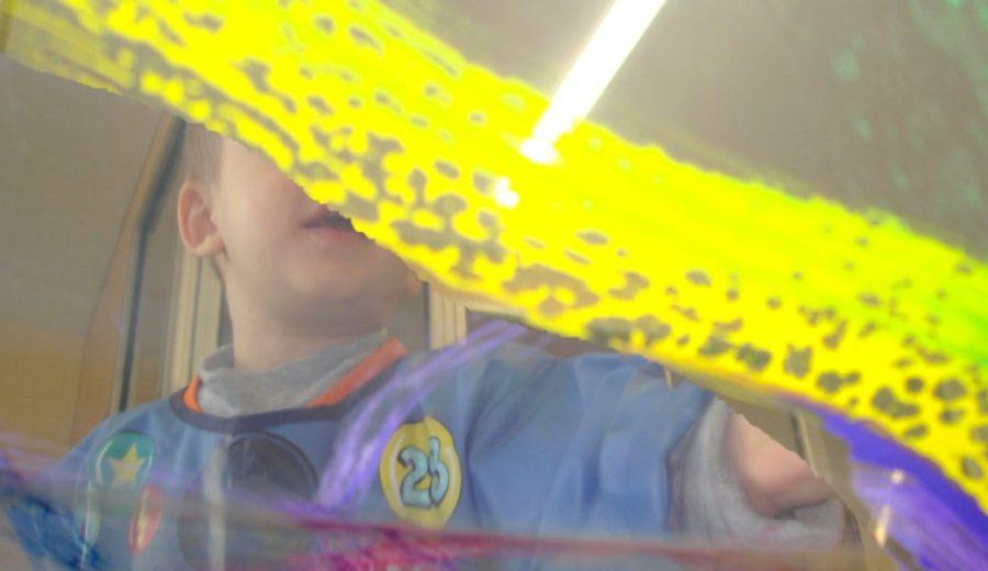Pintem amb transparències a escola bressol Cavall de Cartró