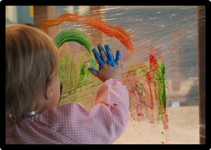 Pintura al llenç transparent - escola bressol Els Fesolets Malgrat de Mar